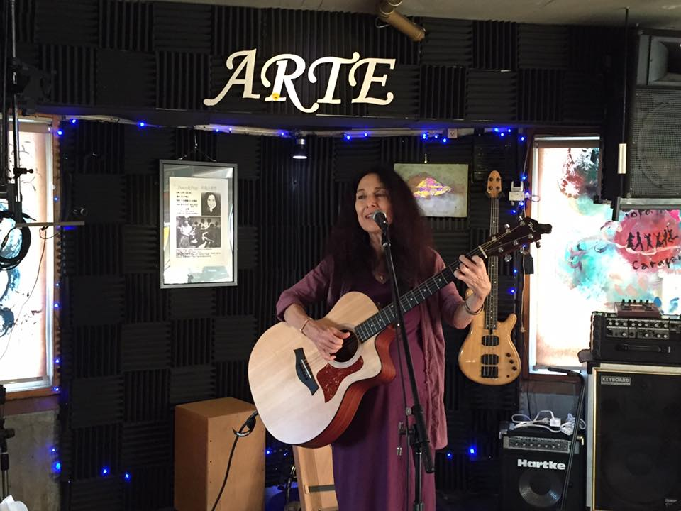 Alicia Bay Laurel in performance. Photo by Kayoko Ide.